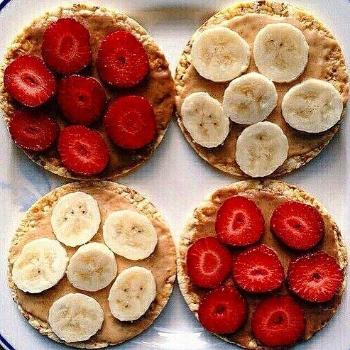 Lanche da manhã ! #yummy ! Biscoito de arroz com pasta de amendoim proteíca e frutas ! 😋😋😋😋😋#healhychoices 🍓🍓🍓🍌🍌🍌🍌🍌